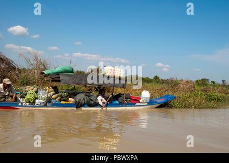 Sangker River, Provinz Battambang Kambodscha Jan 4 2018, Paar im Boot mit Lebensmitteln zurück zu Fishing Camp gestapelt - Stockfoto