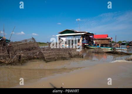 Sangker River, Provinz Battambang Kambodscha, Reusen im flachen Wasser mit schwimmenden Haus im Hintergrund während der trockenen Jahreszeit gestapelt - Stockfoto