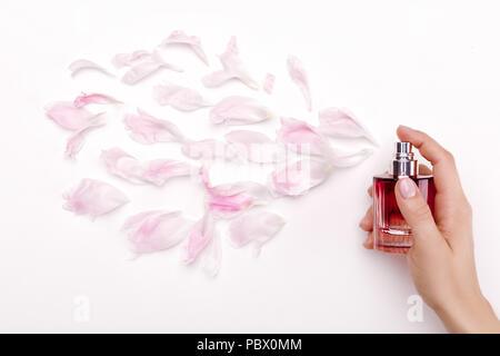 Parfüm und Blütenblätter Draufsicht - Stockfoto