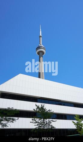 TORONTO, KANADA - 15. JULI 2018: die malerischen Blick auf den CN Tower in Toronto, Ontario, Kanada. CN Tower ist der weltweit 9. höchste frei stehende Struktur, und - Stockfoto