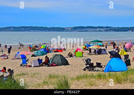 Menschenmassen strömen zu den Strand an der Swansea Bay die 2018 Swansea Air Show mit den roten Pfeilen unter anderem zu bezeugen. - Stockfoto