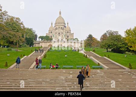 Touristen auf die Schritte, die bis zur Basilika des Heiligen Herzens oder von acre Coeur' von Paris, Frankreich, - Stockfoto