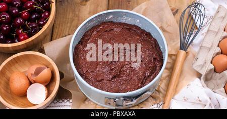 Vorbereitung Einer Schokolade Kuchen Mit Einer Kirsche