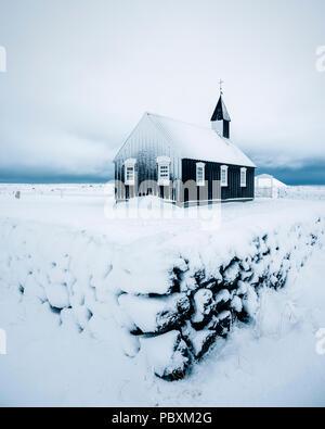 Budir Kirche, Snaefellsnes Island, Europa im Schnee - Stockfoto