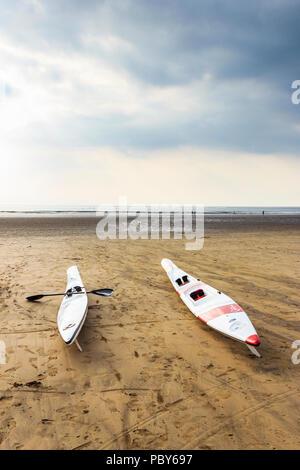 Surf Ski- und Racing Kajak am Strand von Westward Ho!, Devon, Großbritannien - Stockfoto