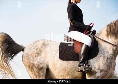 Fröhlicher junger chinesische Frau Reiten - Stockfoto