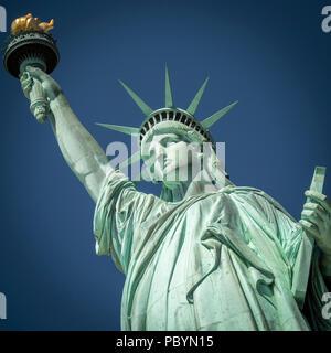 Die berühmte Freiheitsstatue in New York City, USA. - Stockfoto
