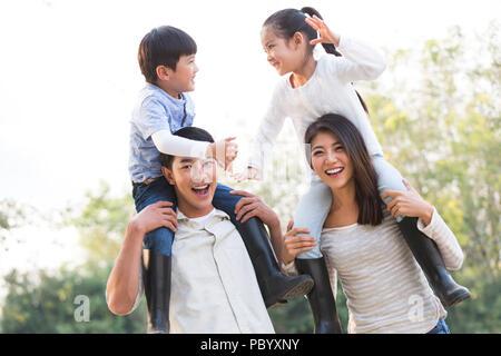 Fröhlicher junger chinesischen Familie spielen im Freien - Stockfoto