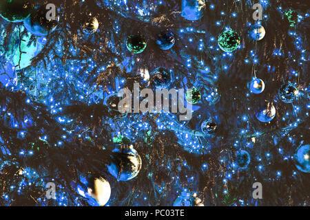 Weihnachtsbaum mit Kugeln und Girlanden dekoriert, getönten Hintergrundbild - Stockfoto