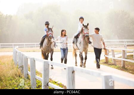 Fröhlicher junger chinesischen Familie Reiten - Stockfoto