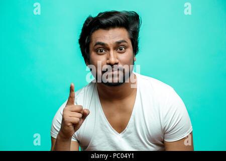 Junge Indische PE Lektion Lehrer seine Finger zeigen, ungehorsame Kinder. nonverbale Kommunikation Konzept. Eine Warnung - Stockfoto