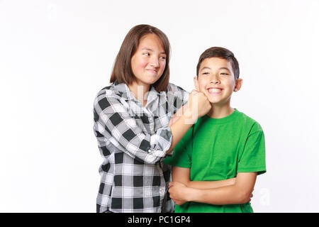 Ein Bruder und eine Schwester Pose auf spielerische Einstellung in diesem konzeptionellen Bild. - Stockfoto