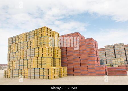 Hohen Haufen von Steinen als Lager von Werk aus Stein - Stockfoto