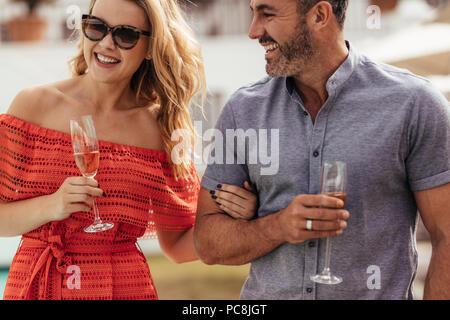 Stattlicher Mann mit seiner schönen Freundin mit einem Glas Wein zusammen. Schöne Paar zusammen genießen. - Stockfoto