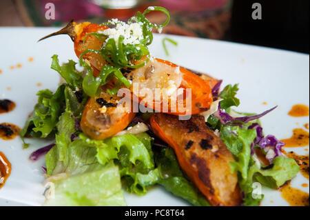 Gebratene gefüllte Paprika über lettuse - Stockfoto