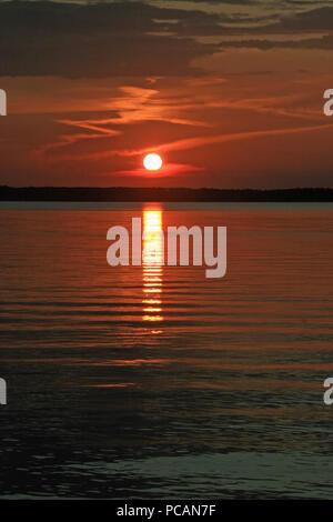 Fett rot orange Sonnenuntergang mit Wolken an der Bucht von Florida Stockfoto