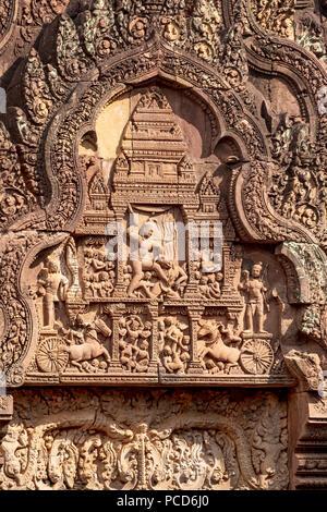 Detaillierte Schnitzerei an der Fassade eines Tempel von Banteay Srei, Angkor, UNESCO-Weltkulturerbe, Siem Reap, Kambodscha, Indochina, Südostasien, Asien - Stockfoto