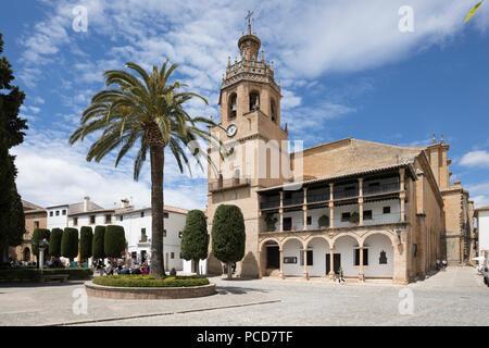 Iglesia de Santa Maria La Mayor in der Plaza Duquesa de Parcent (Rathausplatz), Ronda, Andalusien, Spanien, Europa - Stockfoto