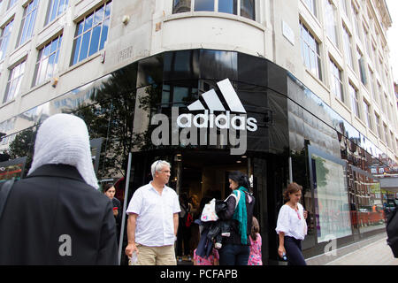 LONDON, Großbritannien - 31 JULI 2018: Adidas sportswear Store Shop vorne in der Oxford Street in Central London. - Stockfoto