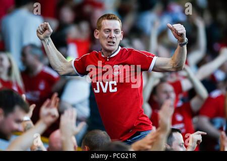 Burnley, Großbritannien. 2. August 2018. Aberdeen Fans feiern ersten Ziel ihrer Seite der Partitur 1-1 während der UEFA Europa League zweite Qualifikationsrunde zweite Bein Übereinstimmung zwischen Burnley und Aberdeen im Turf Moor am 2. August 2018 in Burnley, England zu machen. Credit: PHC Images/Alamy leben Nachrichten