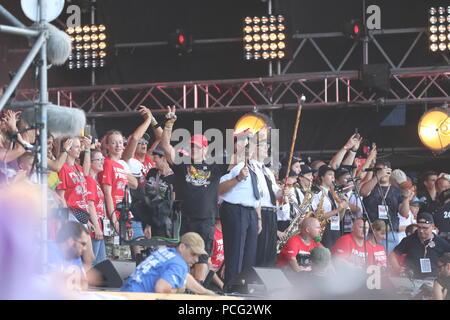 """Kostrzyn, Polen. 2. Aug 2018. Jurek Owsiak (Mitte) öffnet die 24. Pol' und 'Rock Festival in der Nähe von Kostrzyn (küstrin). Die """"Woodstock stop' wird 'Pol' und 'Rock'. Hunderttausende von Fans aus dem In- und Ausland werden erwartet, die dreitägige Veranstaltung zu besuchen. Europas größte nicht-kommerzielle Open Air Festival wird in diesem Jahr von 2-4 statt. August 2018. Bild: Sao Struck/Alamy leben Nachrichten - Stockfoto"""