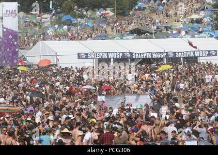 """Kostrzyn, Polen. 2. Aug 2018. Sehr große Masse vor der Bühne. Eröffnung des 24 Pol' und 'Rock Festival in der Nähe von Kostrzyn (küstrin). Die """"Woodstock stop' wird 'Pol' und 'Rock'. Hunderttausende von Fans aus dem In- und Ausland werden erwartet, die dreitägige Veranstaltung zu besuchen. Europas größte nicht-kommerzielle Open Air Festival wird in diesem Jahr von 2-4 statt. August 2018. Bild: Sao Struck/Alamy leben Nachrichten - Stockfoto"""