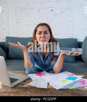 Frau Verwalten von Rechnungen und Finanzen - Stockfoto