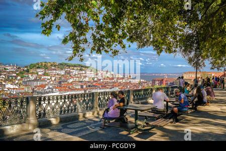 Lissabon. Aussichtspunkt Miradouro Sao Pedro de Alcantara. - Stockfoto