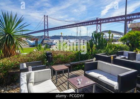 Lissabon. Hafen Cafe in der Nähe von Ponte 25 Abril