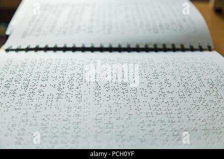 Seite in Braille Alphabet für blinde Menschen geschrieben - Stockfoto