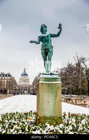 PARIS, Frankreich, März 2018: Die griechischen Schauspieler Skulptur an der Luxembourg Garten in einem eiskalten Wintertag - Stockfoto