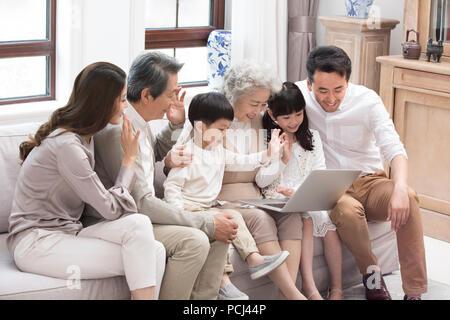 Happy chinesischen Familie mit Laptop für Videochats - Stockfoto