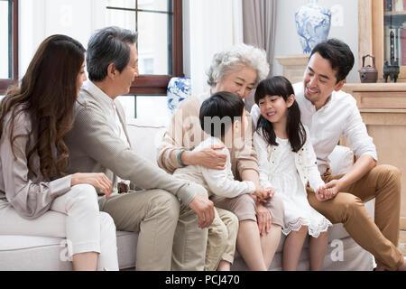 Gerne chinesische Familie sitzt auf einem Sofa - Stockfoto