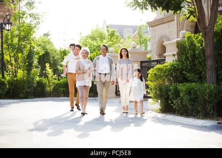 Happy chinesischen Familie außerhalb Bummeln - Stockfoto