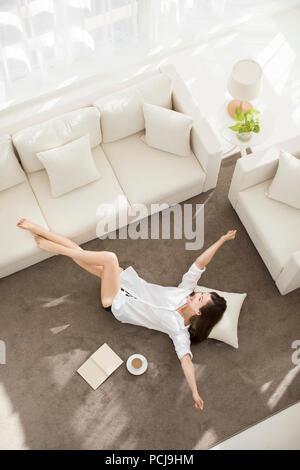 Fröhlicher junger chinesische Frau zu Hause entspannen - Stockfoto