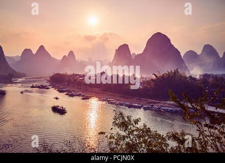 Einen malerischen Sonnenuntergang über Li River in Xingping, Farbe Tonen angewendet, China. - Stockfoto