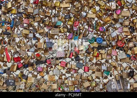 Liebe Locks auf die Pont des Arts Paris Frankreich - Stockfoto