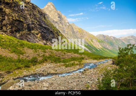 Schöne Mountain River in der Nähe der Trollstigen, Norwegen - Stockfoto