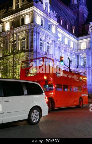 Eine rote Doppeldecker London Bus in Montreal mit dem Hotel de Ville hinter im alten Hafenviertel - Stockfoto