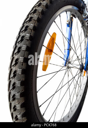 Beschützer der ein Mountainbike reifen Close-up auf einem weißen Hintergrund. - Stockfoto