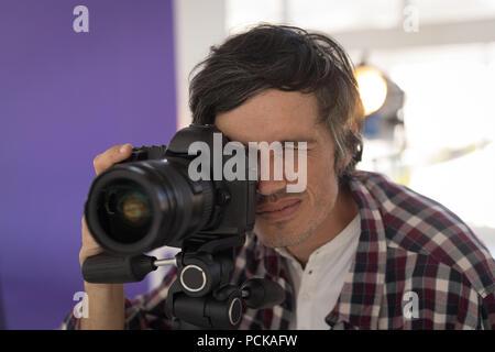 Fotograf Bilder Aufnehmen im Studio - Stockfoto