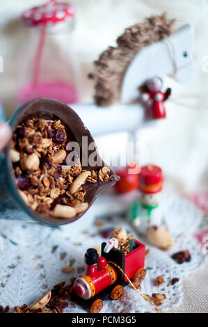 Weihnachten Milch in Flaschen und Urlaub Süßigkeiten. Neues Jahr Partei. Farbige Milch und Strohhalme - Stockfoto