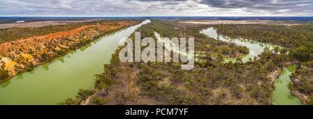 Breite Antenne Panorama der Aushöhlung Sandsteinfelsen über mäandernden Fluss Murray in Australien - Stockfoto