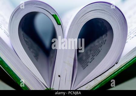 Close up Herzform aus Papier Buch mit unscharfen Hintergrund. Herz Buch Seite - Vintage Effekt stil Bilder. Konzept zum Valentinstag. - Stockfoto