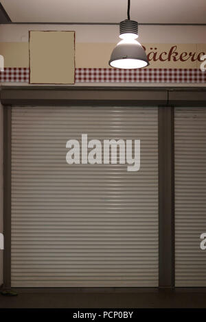 Eine geschlossene Bäckerei mit abgesenktem Jalousien. - Stockfoto