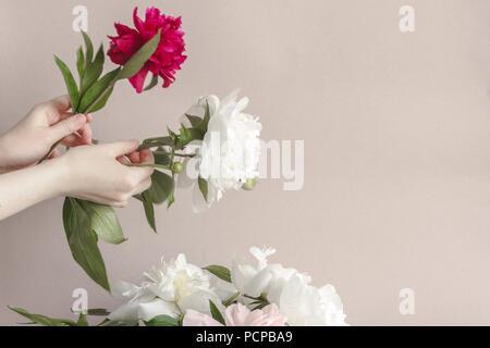 pfingstrosen sch ner blumenstrau rosa wei e und violette pfingstrosen in vase auf hellem. Black Bedroom Furniture Sets. Home Design Ideas
