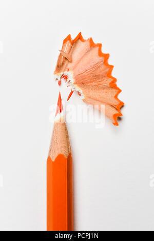 Nahaufnahme einer orange Bleistift, Kreide und fächerförmigen Späne auf weißem Hintergrund - Stockfoto
