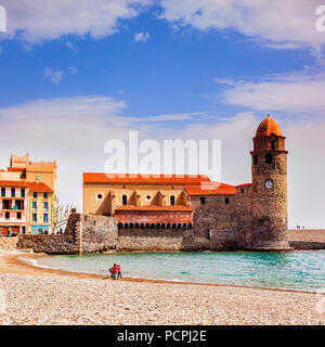Der Strand und die Kirche von Notre Dame des Anges in Collioure, Languedoc-Roussillon, Pyrenees-Orientales, Frankreich. - Stockfoto