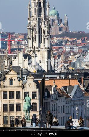 Blick von der kunst Berg, Monte des Arts, in die Innenstadt von Brüssel, Turm der historischen Rathaus, im Hintergrund die Kirche von der Natio - Stockfoto