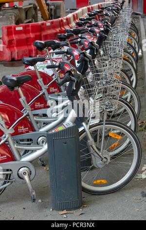 Frankreich, Toulouse - Dezember 9, 2018: eine Reihe von Fahrräder auf der Straße geparkt. - Stockfoto